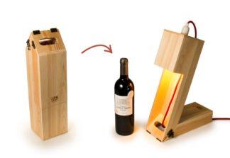 Vin kasse og bordlampe